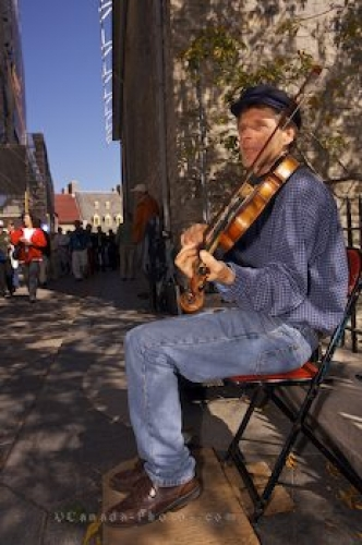 Photo: Fiddler Rue Notre Dame Old Quebec