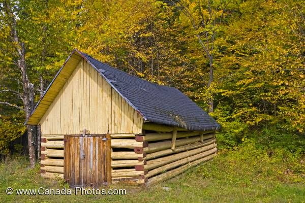 Photo: Old Log Hut Parc national de la Jacques-Cartier Quebec